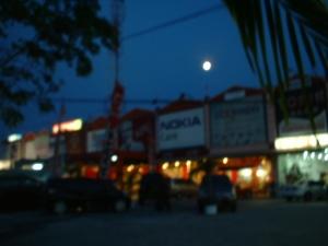 Purnama di kota Palangka Raya (foto & dok. Andriani S. Kusni, 2009)