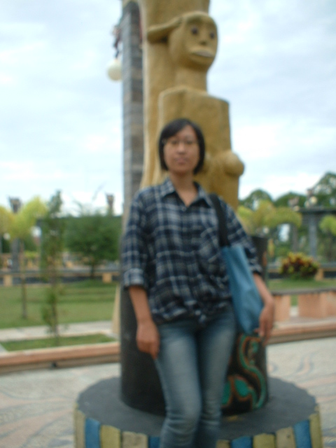 Ann SJK berpose di sapundu Monumen Nilai-Nilai Juang'45, Palangkaraya sebelum melakukan penelitian tentang muatan lokal (foto & dok. JJ. Kusni, 2009)