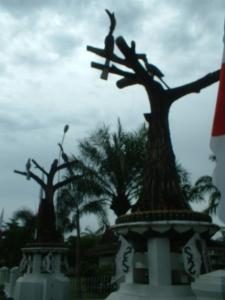 Patung enggang di depan kompleks Gedung DPRD Palangka Raya (foto & dok. Andriani S. Kusni, 2009)