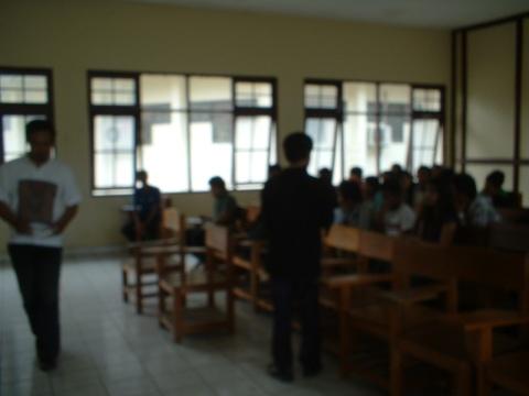 JJ. Kusni sedang memberi kuliah umum kepada mahasiswa/i Fak. Sospol-Unpar (foto & dok. Andriani S. Kusni, 2009)