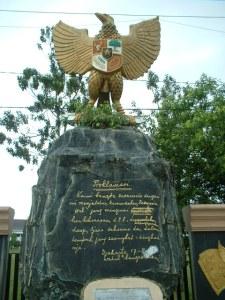 Patung Garuda di Monumen Nilai-Nilai Juang '45 Yang Terletak Di depan Kantor Gubernur Kalimantan Tengah, Palangka Raya ( Foto & Dokumentasi Andriani S. Kusni, 2009)