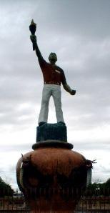 Merdeka dari isolasi pikiran dan mentalitas jauh lebih rumit daripada merdeka secara fisik. (Patung Pejuang di Taman Monumen Juang'45, Foto & dok. Andriani S. Kusni, 2009)