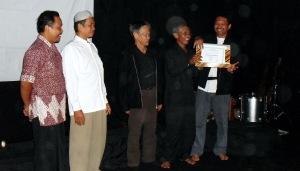 Searah jarum jam: Huda, Ketua RT, Kusni Sulang, Eko dan seorang anggota komunitas, berfoto bersama selepas pemberian penghargaan dalam acara Syukuran 5 tahun komunitas seni Terapung. (Foto & Dok. Andriani S. Kusni, 2009)