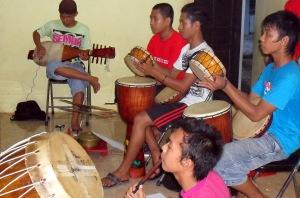 Pemain musik Sanggar Seni Antang Handep Batuah, Kasongan, Katingan (Foto & Dok. Andriani S. Kusni, 2009)