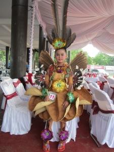 Gadis kecil Dayak turut serta dalam Festival Budaya Dayak Se-Kalteng,2013  (Foto.Dok. Lembaga Kebudayaan Dayak Kalimantan Tengah/Andriani S.Kusni,2013)