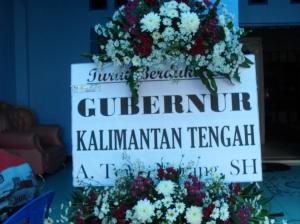 Karangan bunga belasungkawa dari Gubernur Kalteng A.Teras Narang, SH untuk alm. Mayor Tiyel Djelau (Foto.Dok. Andriani S. Kusni)