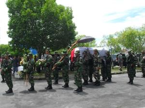 Uparaca pemakaman secara militer di Makam Pahlawan Sanaman Lampang di Palangka Raya untuk alm.  Mayor Tiyel Djelau (Foto.Dok. Andriani S. Kusni)