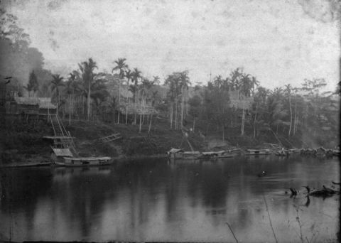 COLLECTIE_TROPENMUSEUM_Gezicht_vanaf_de_Kahajan_rivier_op_de_Dajak_kampong_Toembanganoi_Midden-Borneo._TMnr_60010390
