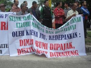 Salah satu spanduk dalam unjuk rasa Dayak tahun 2013 (Foto.Dok. Lembaga Kebudayaan Dayak Kalimantan Tengah/Andriani S. Kusni, 2013)