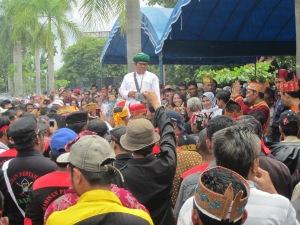 Ustad Ganefo sedang menyampaikan orasi dalam sebuah unjuk rasa Dayak tahun 2013 di Palangka Raya (Foto.Dok. Lembaga Kebudayaan Dayak Kalimantan Tengah/Andriani S. Kusni, 2013)