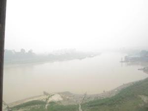 Sungai Kahayan jam 14.00 WIB ditutup asap hutan dibakar (Foto.Dok. Lembaga Kebudayaan Dayak Kalimantan  Tengah, Oktober 2014)