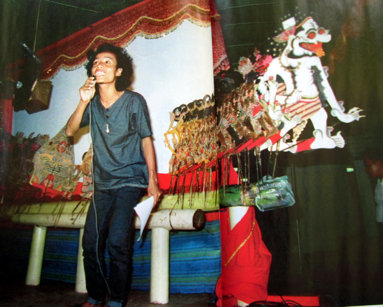 Wiji Thukul, penyair pejuang yang dibunuh Orde Baru, sedang membacakan