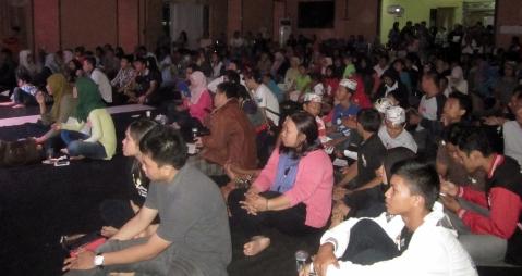 Para penonton menyaksikan pertunjukan dengan lesehan karena penyelenggara ketiadaan dana. (Foto.Dok. Lembaga Kebudayaan Dayak Kalimantan Tengah/Andriani S. Kusni, 2015)