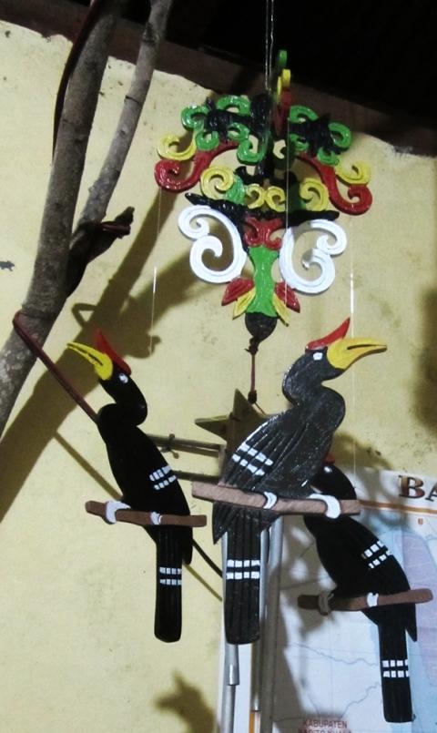 Salah satu karya Pak Gampang bermotifkan motif Dayak (Foto.Dok. Lembaga Kebudayaan Dayak Kalimantan Tengah/Andriani S. Kusni, 2015)