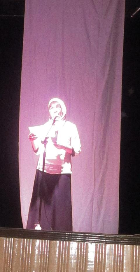 Siti Nafsiah penyair kelahiran Sampit sedang membacakan sajaknya di malam kesenian yang diselenggarakan oleh beberapa sanggar di Palangka Raya (Foto.Dok. Lembaga Kebudayaan Dayak Kalimantan Tengah/Andriani S. Kusni, 2015