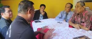 Delegasi penulis Dayak Kadazandusun-Murut, Sabah dipimpin oleh Dr.Henry Bating, sedang berdiskusi dengan Prof.Dr. Purwadi dan Dr. Sidik Usop  dari Universitas Negeri Palangka Raya serta Kusni Sulang dan Andriani S. Kusni  dari Lembaga Kebudayaan Dayak Kalimantan Tengah di Hotel Barito Shina, Palangka Raya 4 Agustus 2015 (Foto. Andriani S. Kusni, 2015).