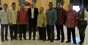 Perwakilan APINDO KALTENG foto bersama dengan Dubes Singapura untuk Indonesia di Hotel Swiss Belldanum, Palangka Raya (Foto.Dok. Lembaga Kebudayaan Dayak Kalimantan Tengah, 2015)