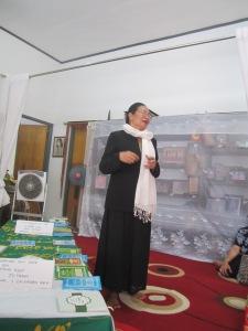 Ny. Mutiara Usop di samping peti jenazah di rumah duka, Jln. Damang Salilah, Palangka Raya.