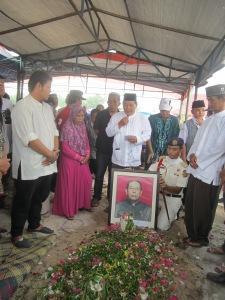 Dr.Sidik Usop atas nama keluarga menyampaikan pidato duka.