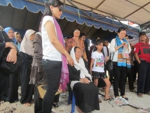 Ny. Mutiara Usop (duduk berkerudung putih), anak-anak, cucu dan menantu di pemakaman.