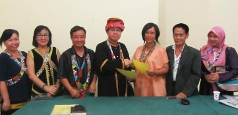 Momogunsia (Perhimpunan Penulis Dayak Kadazandusun-Murut) Sabah, menandatangani Nota Kesepakatan dengan Lembaga  Kebudayaan Dayak Kalimantan Tengah (LKD-KT) di Palangka Raya, 4 Agustus 2015. Delegasi Momogunsia yang terdiri dari enam orang, datang ke Palangka Raya untuk menghadiri Kongres Nasional I Pemuda Dayak Indonesia dan Festival Budaya Dayak Se-Borneo (3-8 Agustus 2015) -- Foto. Gazali.Dok. LKD-KT, 2015.