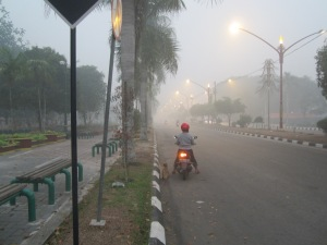 Kabut asap di KM 0, pusat kota Palangka Raya, pada pukul 16.00. (Foto.Dok. Lembaga Kebudayaan Dayak Kalimantan Tengah/Andriani. S. Kusni, 2015)