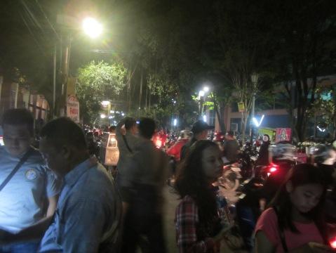 Suasana di luar Gedung Taman Budaya untuk menyaksikan acara penutupan Festival (Lembaga Kebudayaan Dayak Kalimantan Tengah/Andriani S.Kusni, 2015)