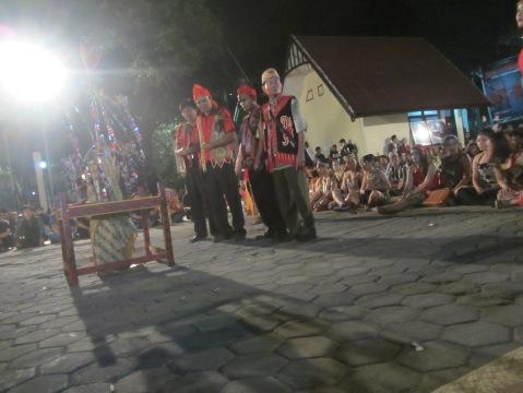 Pemangku adat Dayak dari Kalimantan Barat memulai acara ritual penutupan secara adat (Foto.Dok. Lembaga Kebudayaan Dayak Kalimantan Tengah/Andriani. S. Kusni, 2015)