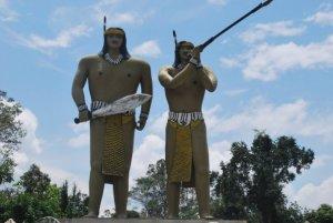 Patung dua saudara Tambun-Bungai. Nama dua bersaudara ini sekarang dijadikan sebagai nama lain dari Kalimantan Tengah (Foto.Dok. Lembaga Kebudayaan Dayak/Andriani. S. Kusni, 2013)